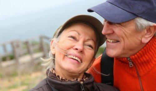 Emotionale Intelligenz bei Senioren durch glückliches Ehepaar verkörpert