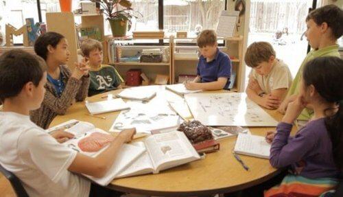 Gruppenarbeit in der Schule kann beim Lernen helfen.