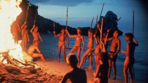 """Filmszene aus """"Herr der Fliegen"""": Die Kinder halten eine Versammlung am Strand ab."""