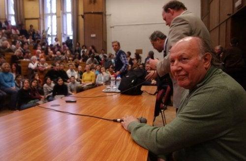 Imre Kertész auf einer Konferenz