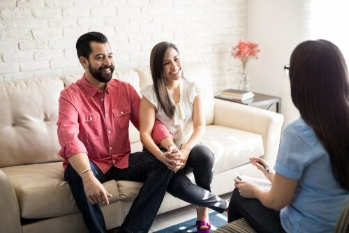 Ein Paar macht eine integrative Verhaltenstherapie für Paare.