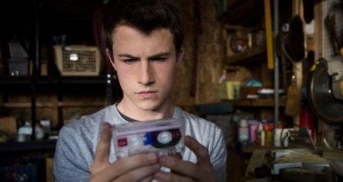 Junge hält eine Kassette in seiner Hand