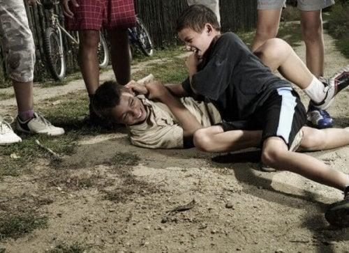 Zwei Jungs rangeln miteinander.