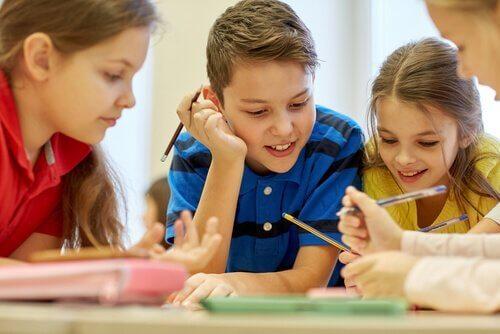Kooperatives Lernen bei einer Gruppe von Schülern.
