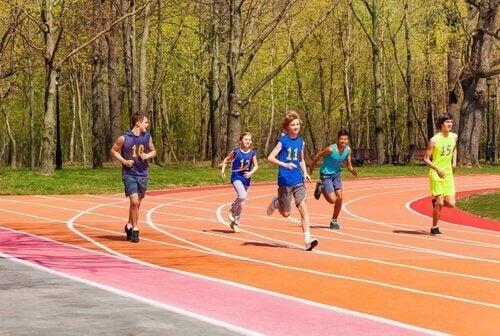 Kinder laufen bei einem Leichtathletikwettkampf.