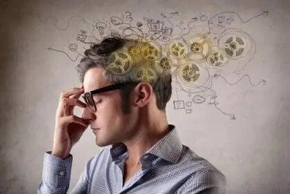 Mann langt sich an den Kopf, in dem zahlreiche Gedanken umherschwirren