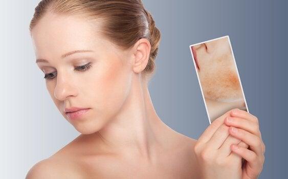 Die Spiegeltherapie kann helfen, wenn man sein Spiegelbild nicht mag und den eigenen Körper verzerrt wahrnimmt.