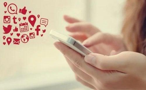Mädchen schaut auf sein Handy
