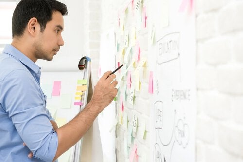 Ein Mann betrachtet Notizen auf einem Board.