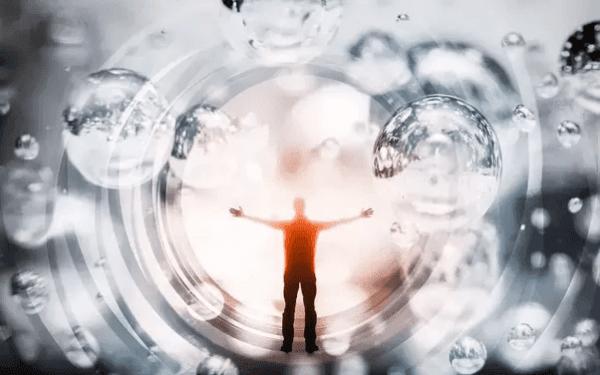 Mann in einem Tunnel mit Wassertropfen und Ringen