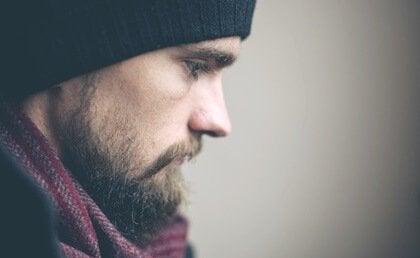 Mann mit Bart, der entschlossen ist