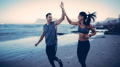 Mann und Frau joggen am Strand