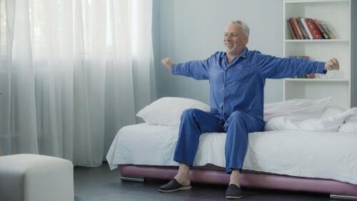 Ein Mann, der aufwacht und sich strakelt