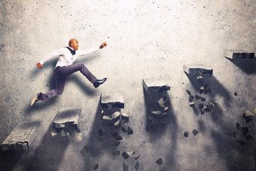 Ein Mann eilt motiviert Treppenstufen hinauf, die immer enger werden.