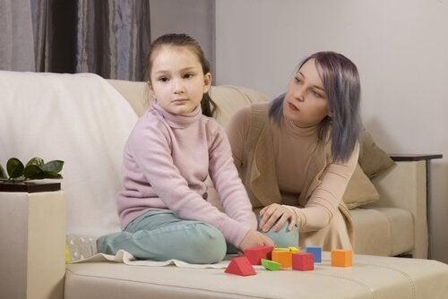 Eine Mutter versucht, mit ihrer Tochter zu sprechen.