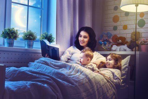 Mutter liest eine Gute-Nacht-Geschichte vor