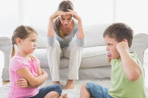 Mutter zwischen verärgerten Kindern