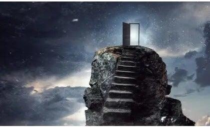 Treppe, die zu einer offenen Tür führt