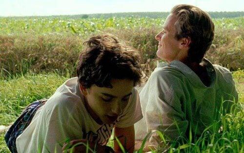 """Oliver und Elio liegen gemeinsam im Gras - eine Filmszene aus """"Call Me by Your Name"""""""