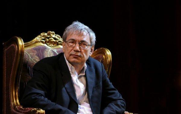 Orhan Pamuk sitzt im Lehnstuhl.