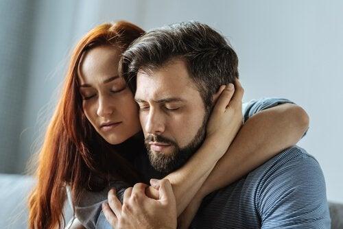 Paar hält sich fest