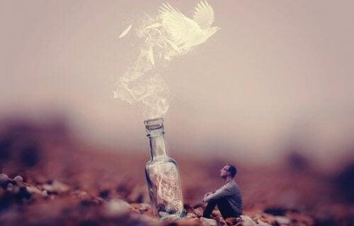 Mann schaut zu einem Vogel auf, der im Rauch aufsteigt