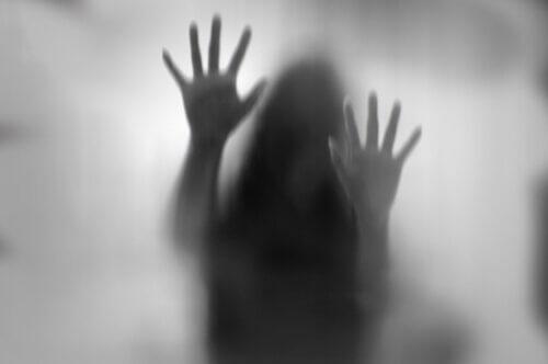 Schatten einer Frau hinter Milchglas versteckt
