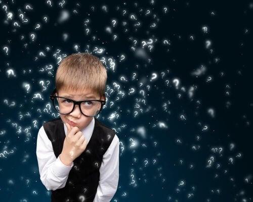 Ein Kind mit Brille vor lauter Fragezeichen, was das Potenzial von Kindern darstellt