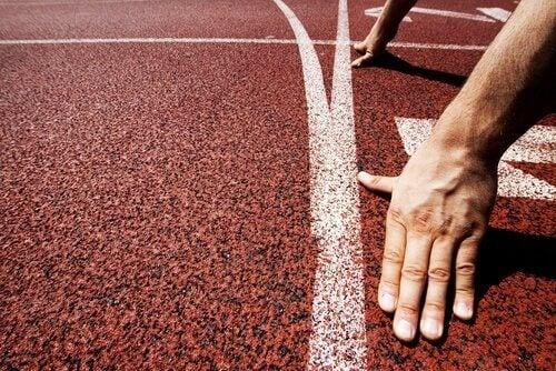Eine Startlinie bei einem Laufwettbewerb: Die Läufer gehen in Position.
