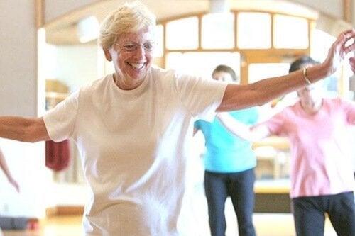 Ältere Frau erfährt die Vorteile von Tanz