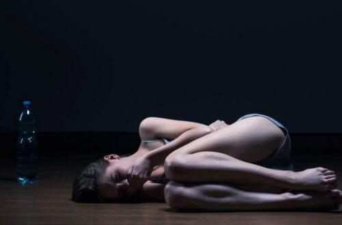 Frau liegt nachts am Boden