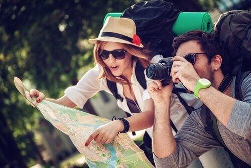 Unermüdliche Reisende entdecken ihre Umwelt.