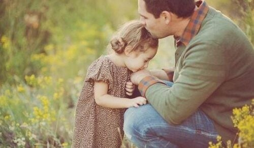 Ein Vater und seine Tochter im Grünen