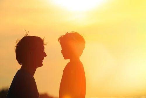 Vater spricht mit seinem Sohn.