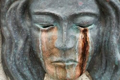 Der Statue, die zu weinen scheint