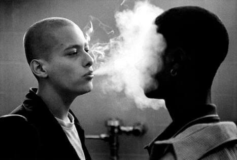"""Szene aus """"American History X"""" - Derek bläst Rauch in das Gesicht eines Afroamerikaners."""