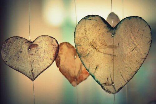 Drei hölzerne Herzen, die an der Schnur hängen