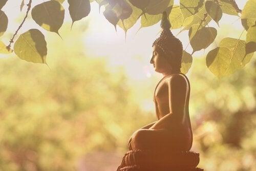 Buddha-Statue unter einem Baum