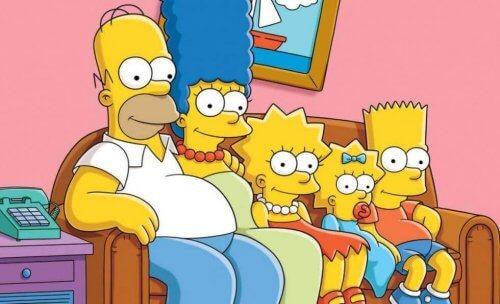 Die Simpsons-Familie sitzt auf ihrer Couch.