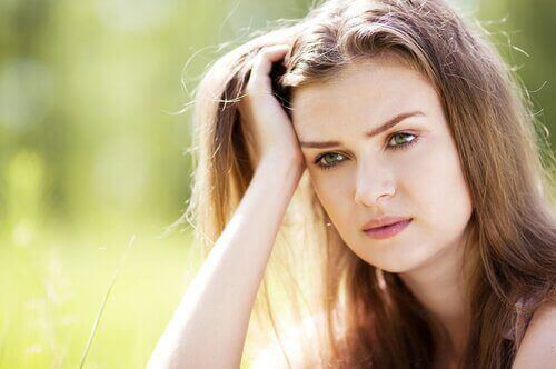 Frau denkt über Zorn nach
