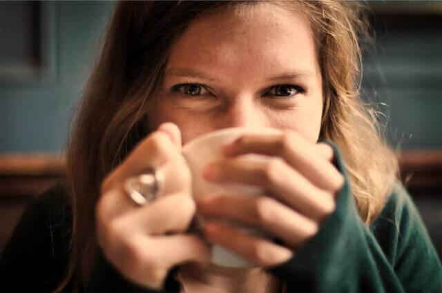 Frau, die einen Tee trinkt