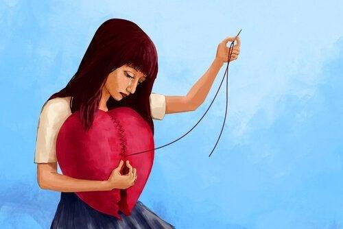Eine Frau flickt ihr gebrochenes Herz.