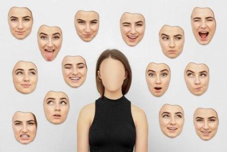 Frau mit verschiedenen Gesichtern