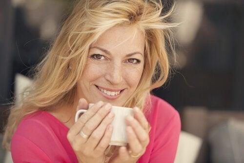 Eine Frau trinkt entspannt einen Tee.