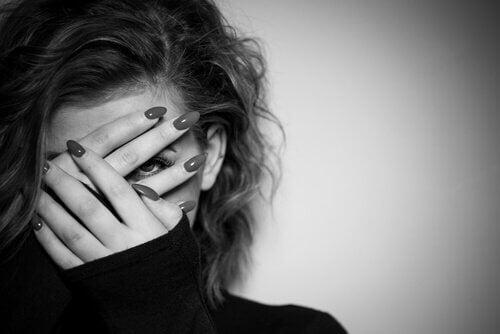 Frau hält sich die Hände vors Gesicht