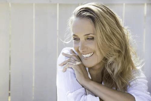 Glückliche Frau im mittleren Alter