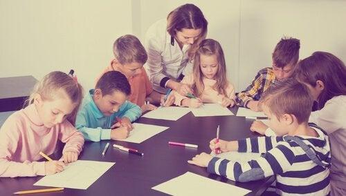 Kinder, die ihre Hausaufgaben in der Schule erledigen