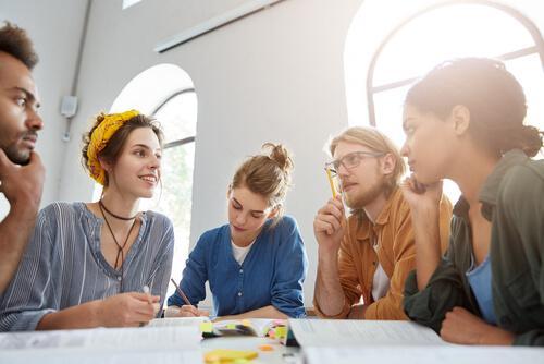 Die Theorie des konzeptuellen Wandels kann durch Gruppenarbeit im Unterricht angewendet werden.