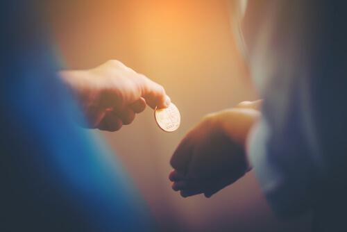 Eine Münze, die weitergereicht wird