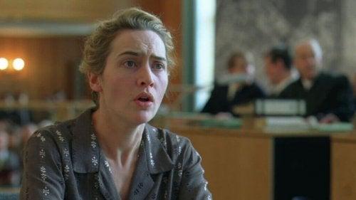 """Filmszene aus """"Der Vorleser"""" - Hanna wird angeklagt, weil sie als Wärterin in einem KZ gearbeitet hat."""